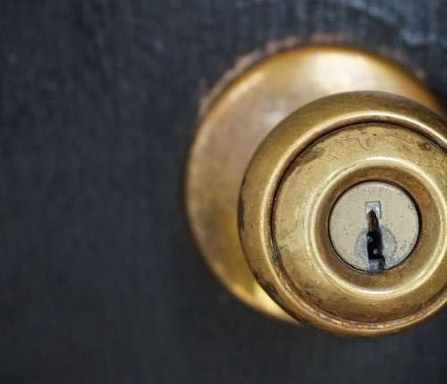 Altering Fear of Losing Control Could Further Treatment for Anxiety Disorders door knob 1924315 1280 1 500x430